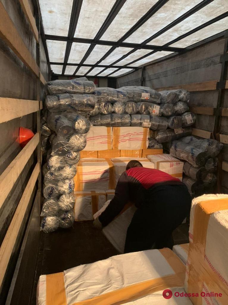 В порту Черноморска блокировали масштабную контрабанду табака для кальяна