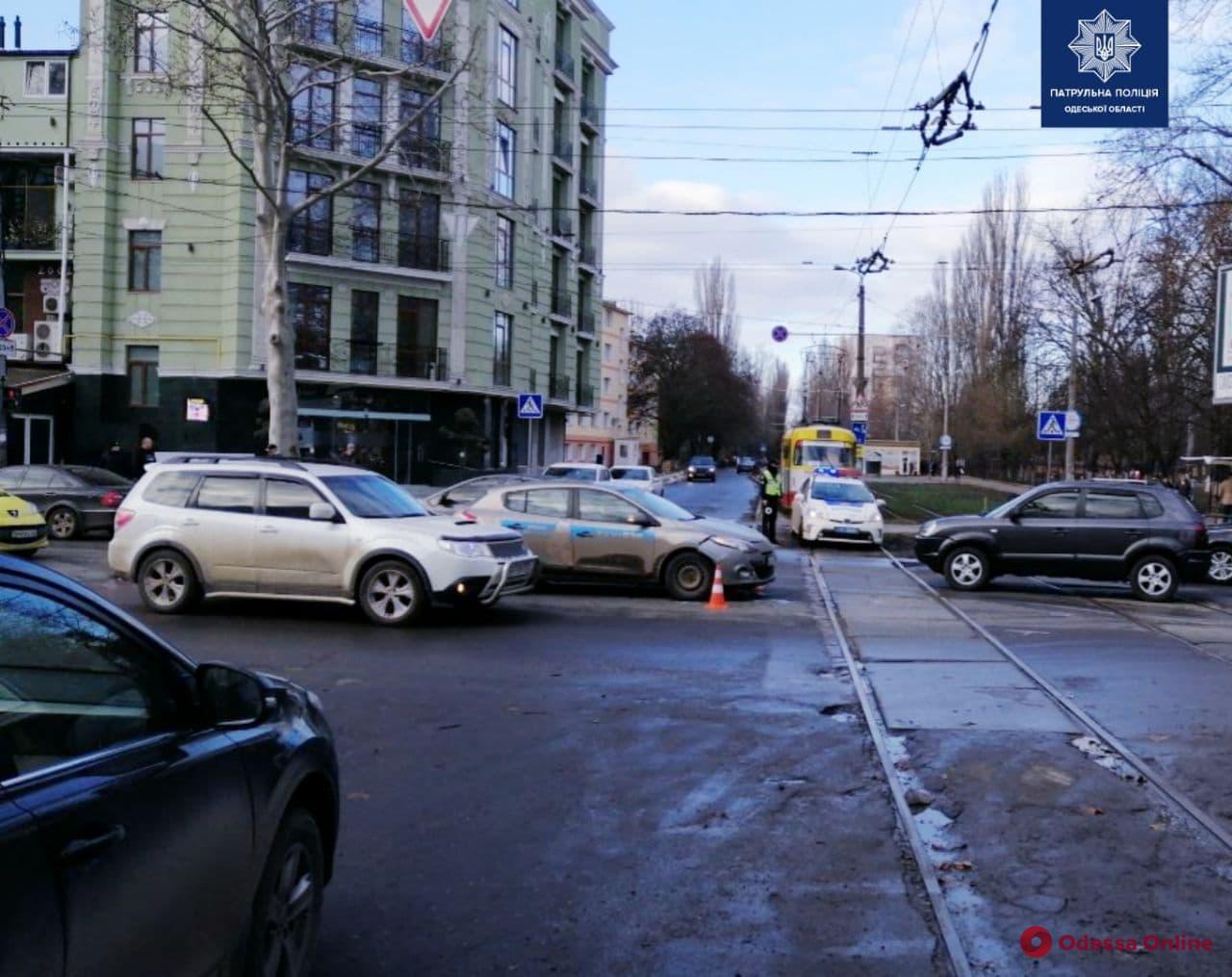 На Таирова пьяный лихач на Renault Megan устроил ДТП