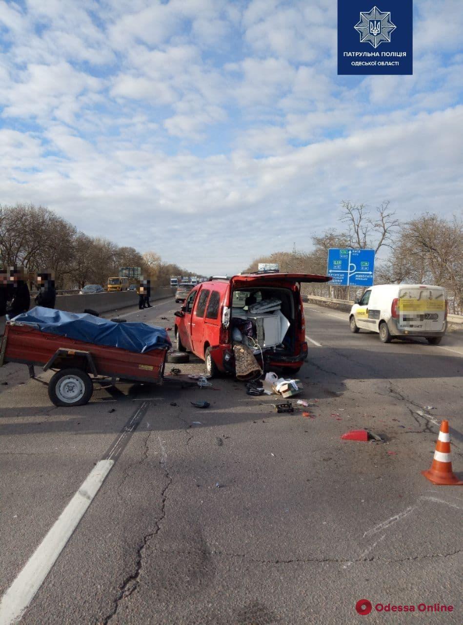Возле Клеверного моста автомобиль Kia сбил водителя, который менял колесо