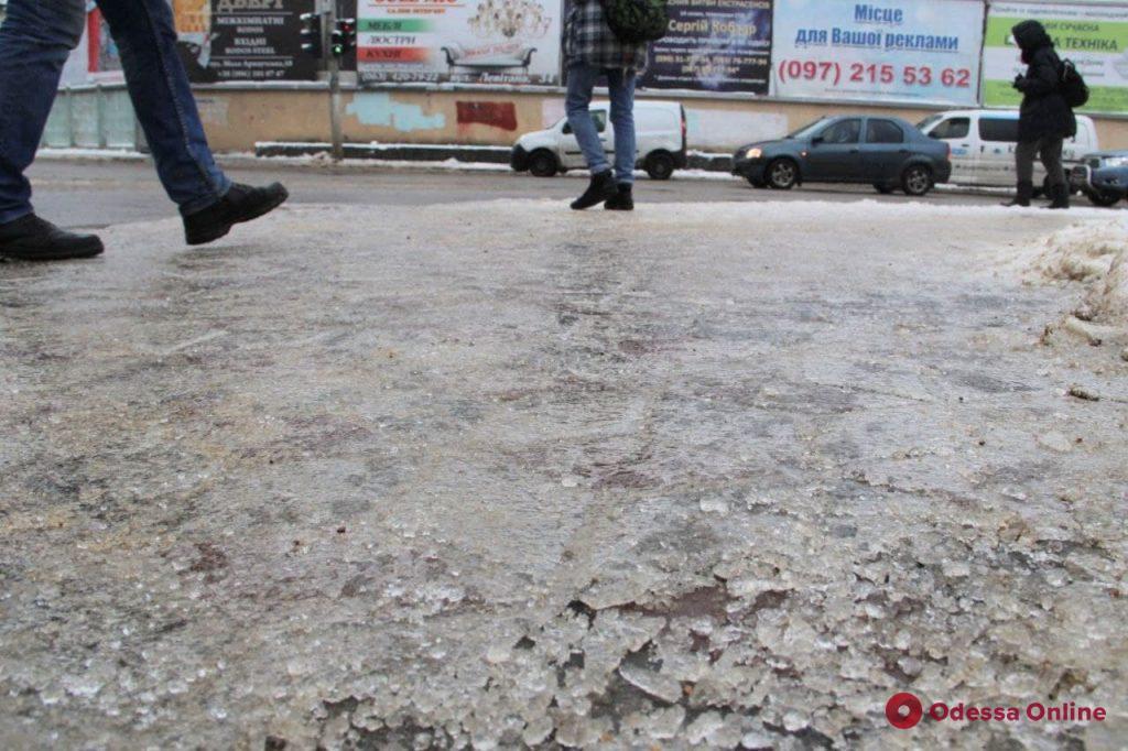 Гололедица: одесские улицы превратились в каток (фото, видео)