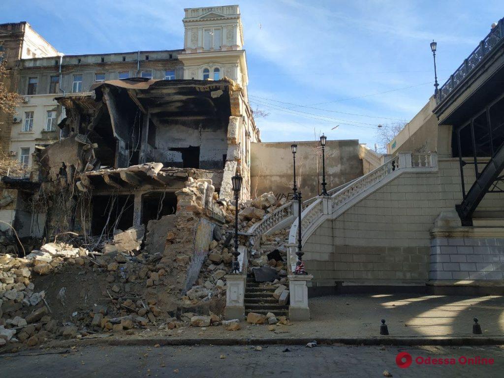 На Деволановском спуске демонтируют стены рухнувшего дома (фото, обновлено)