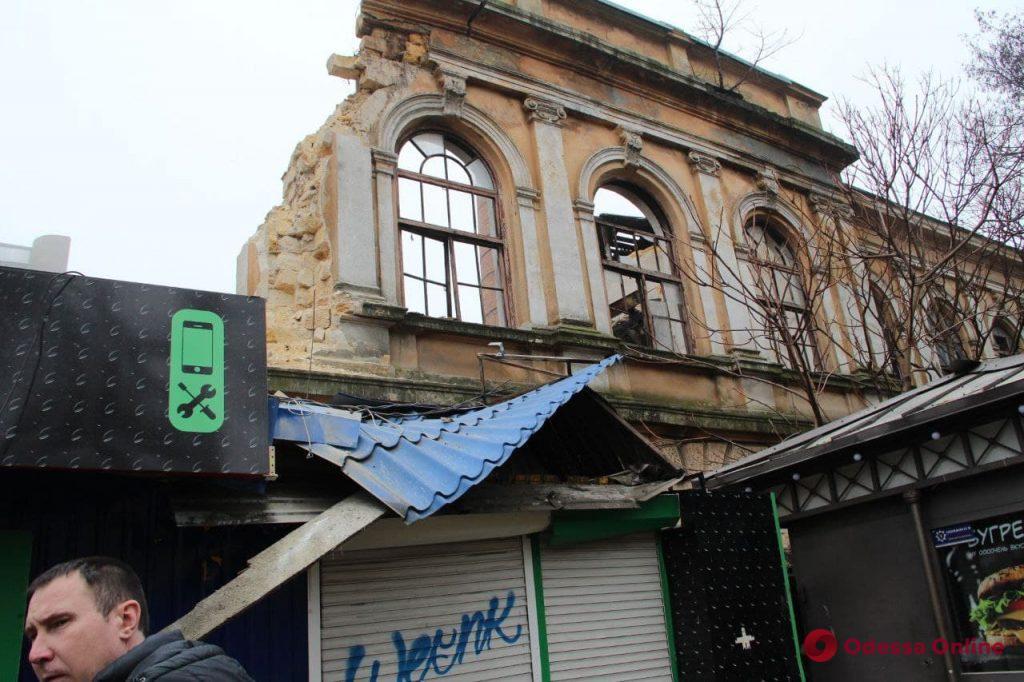 В Одессе ночью рухнуло здание бывшего завода мороженого (фото, обновлено)