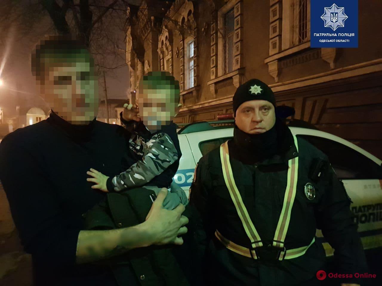Бродил ночью по улице: одесские патрульные вернули родителям 2-летнего сына