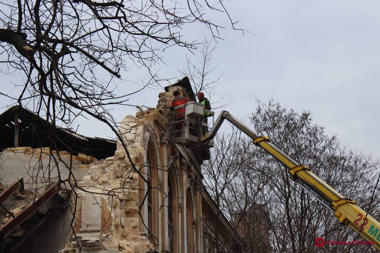 На Мечникова разбирают стены рухнувшего здания (фото, видео)