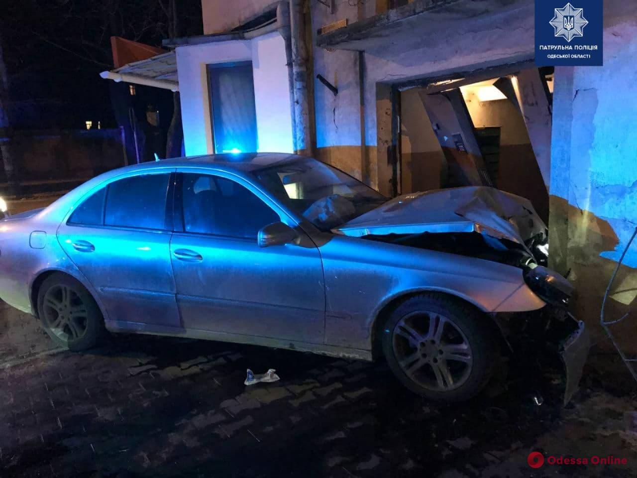 Пьяный за рулем: на Пироговской Mercedes врезался в дом (фото)