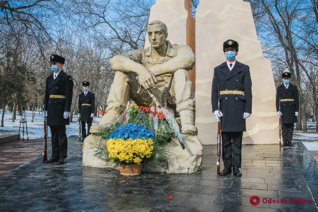 В Одессе возложили цветы к памятнику воинам, погибшим в афганской войне (фоторепортаж)