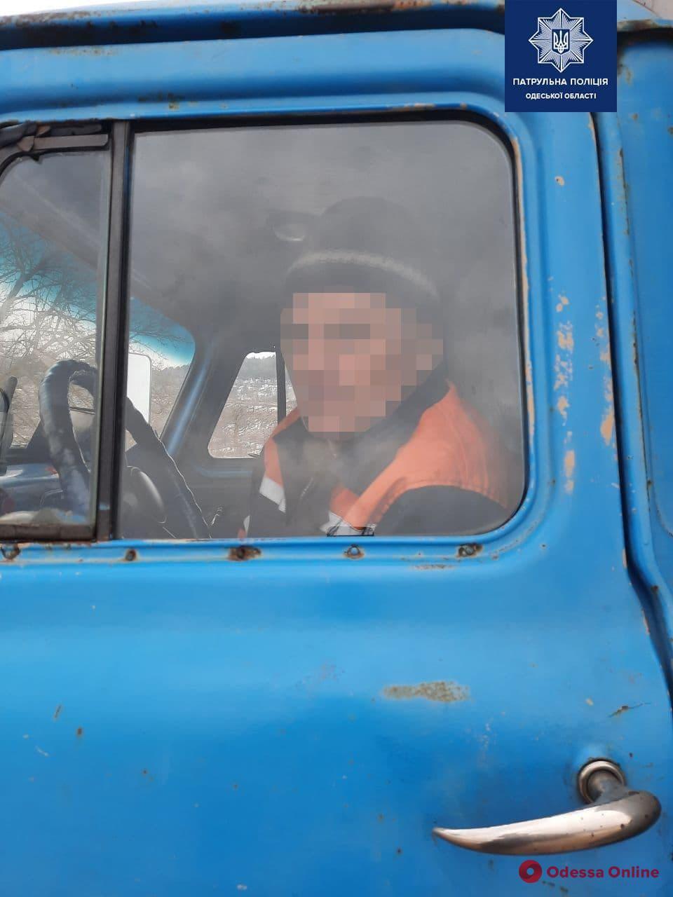 Одесские патрульные помогли водителю грузовика, которому стало плохо за рулем