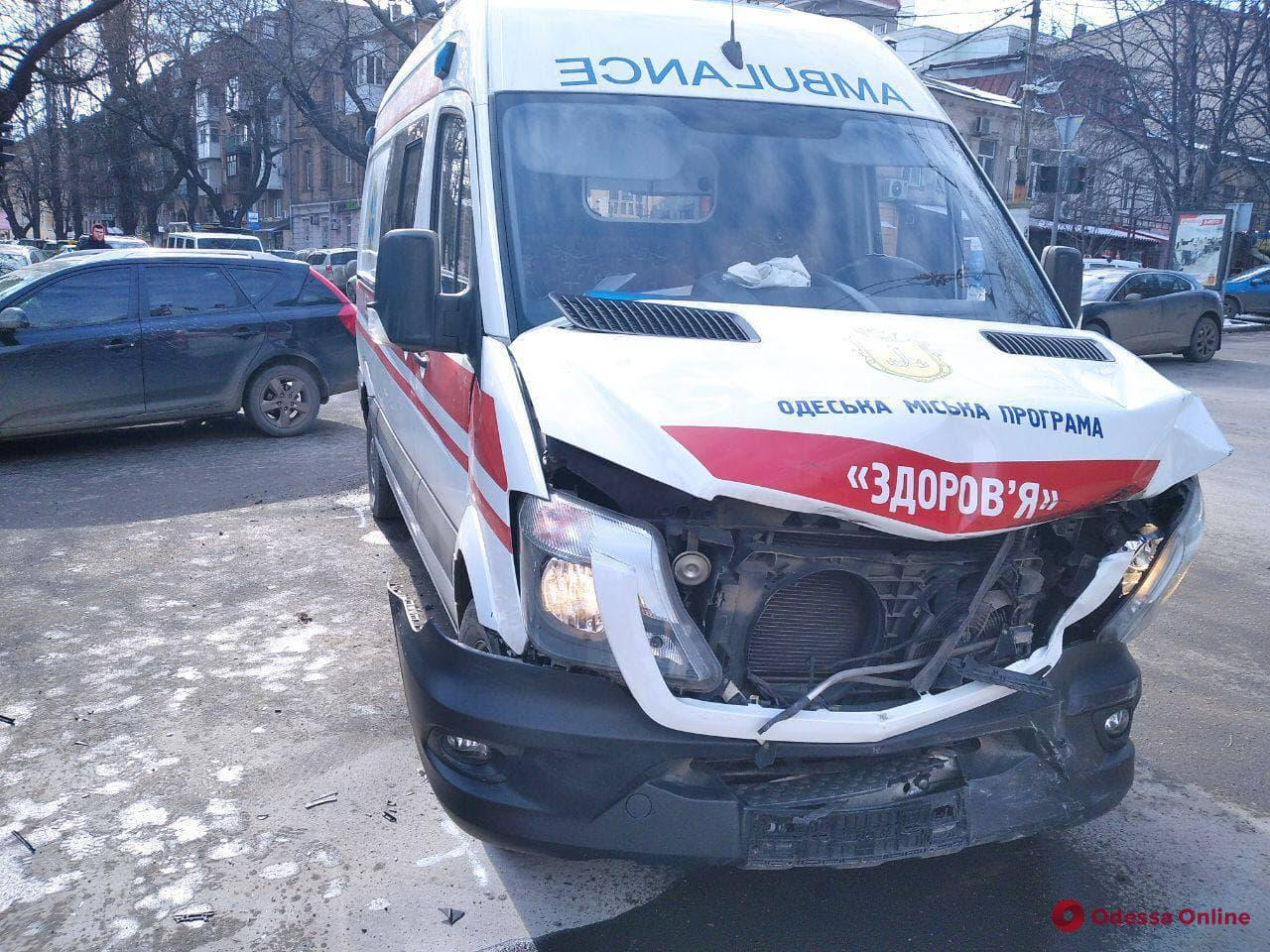 В центре Одессы столкнулись кроссовер и «скорая» (фото)