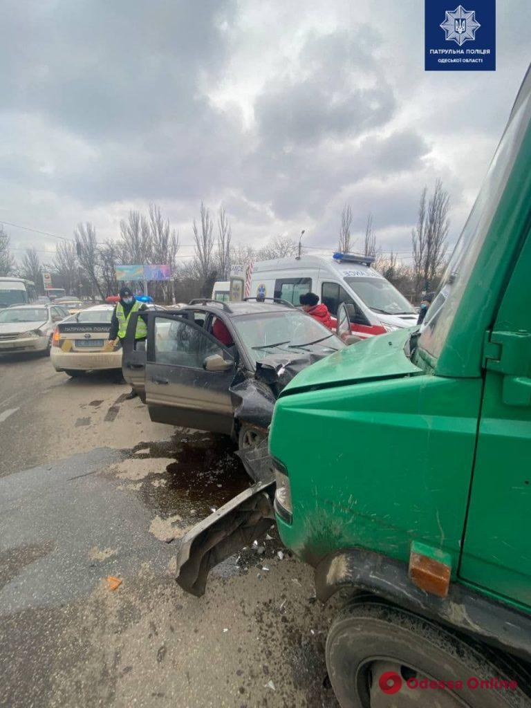 На Овидиопольской дороге столкнулись микроавтобус и легковушка