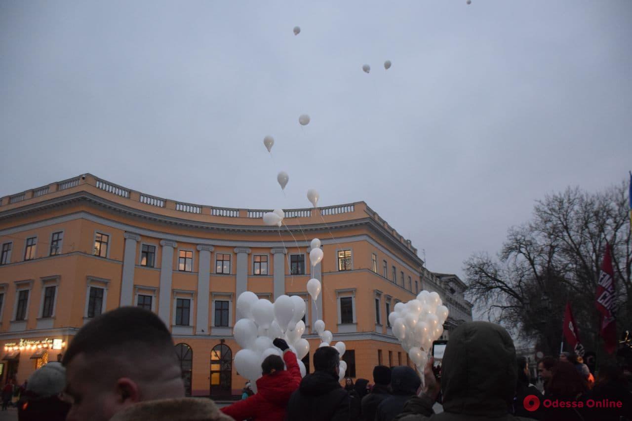 Белые шары и митинг-реквием: в Одессе вспоминали героев Небесной Сотни (фото, видео)