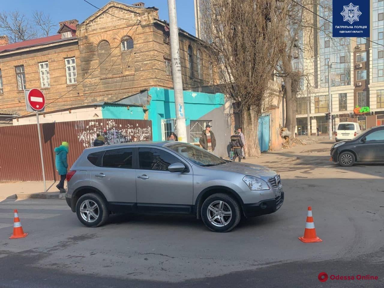 В Одессе легковушка врезалась в дом после столкновения с кроссовером