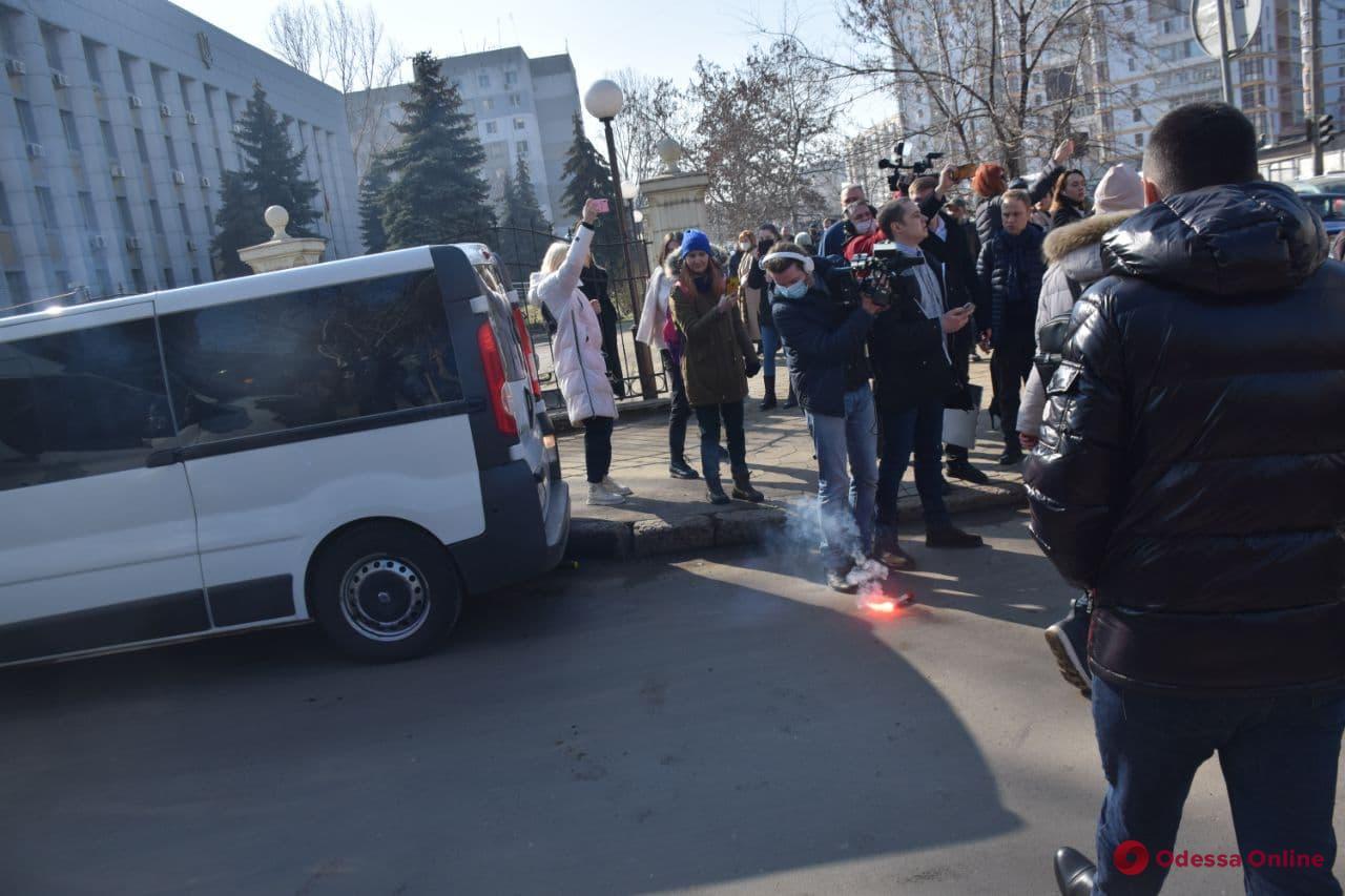 Активисты блокировали автобус, на котором Стерненко увозили из суда в СИЗО (фото)