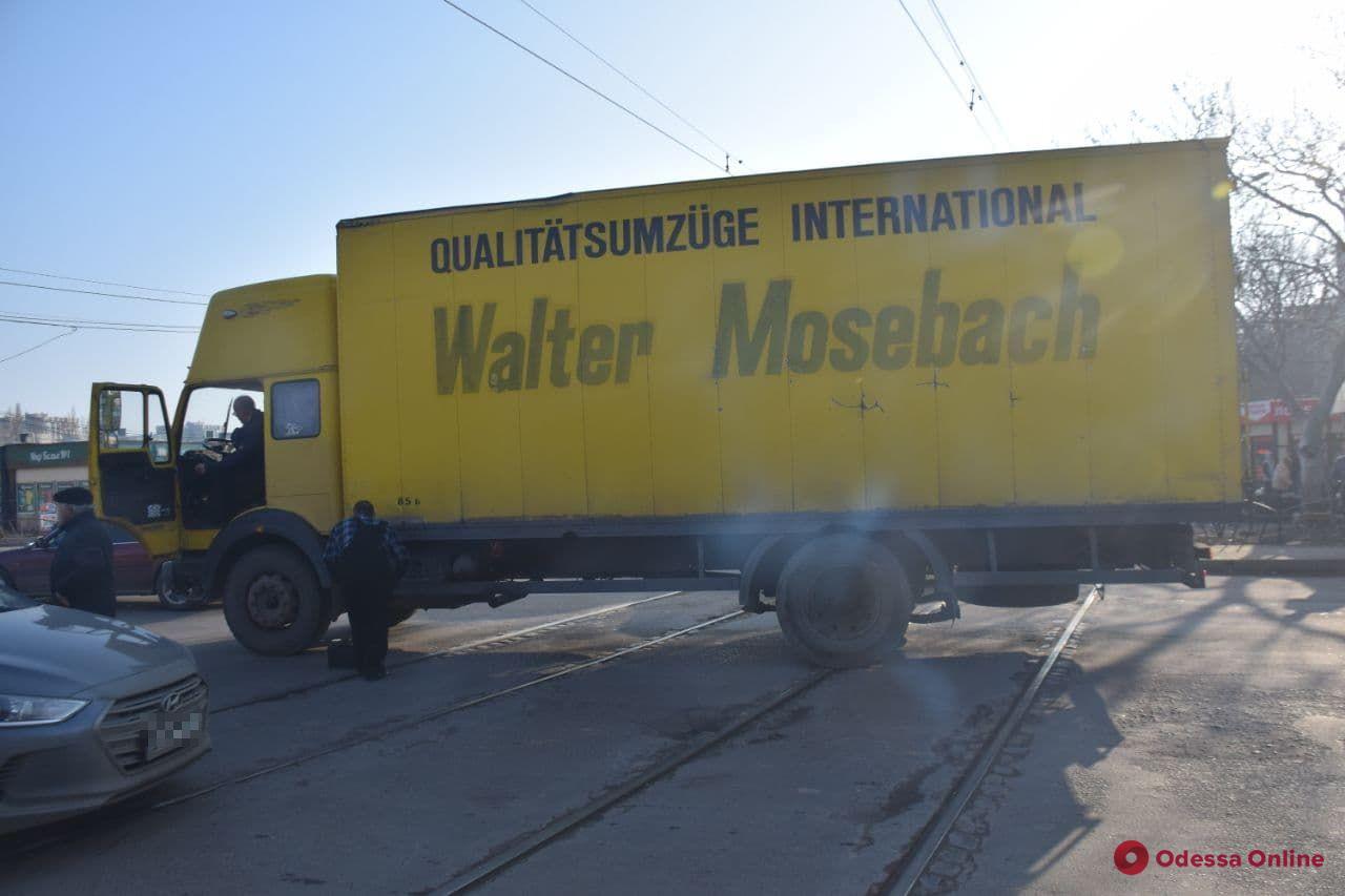 На поселке Котовского из-за сломавшегося грузовика не ходят трамваи