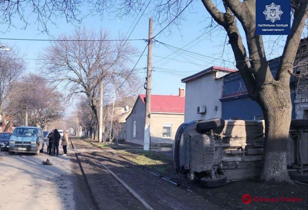 После ДТП на Слободке опрокинулся микроавтобус