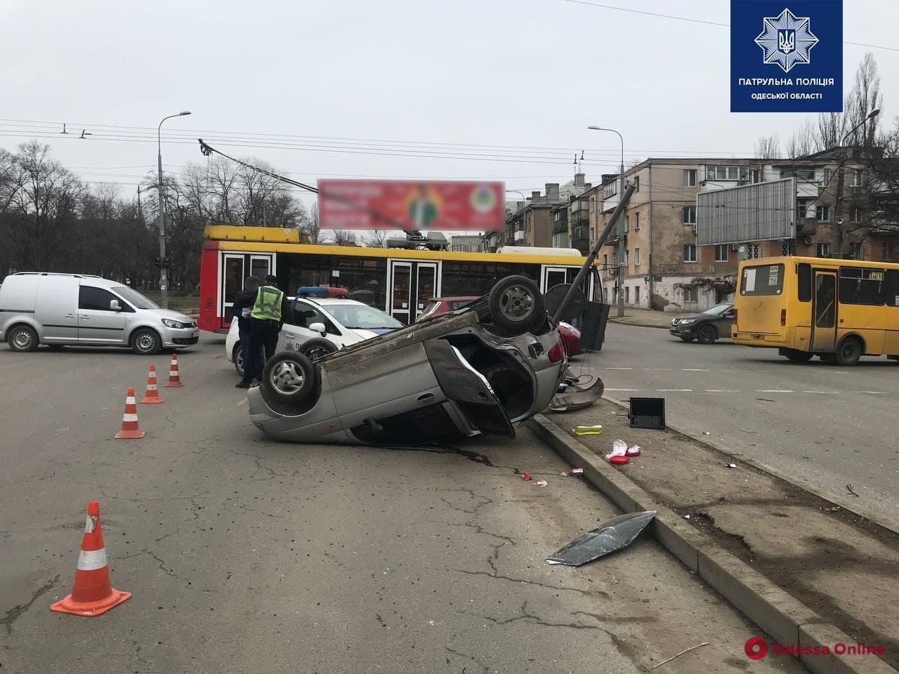 На Балковской легковушка перевернулась после столкновения с троллейбусом — пострадала женщина