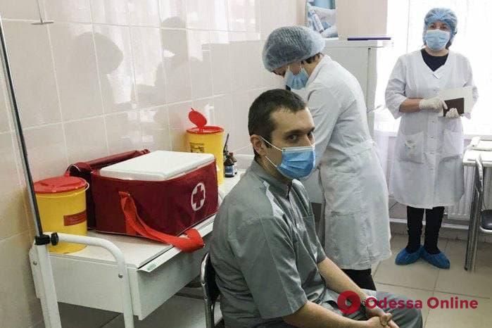 Первым в Украине прививку от Covid-19 получил врач-реаниматолог из Черкасс