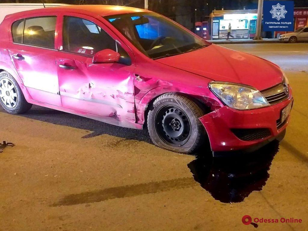 На Таирова столкнулись две легковушки – есть пострадавший