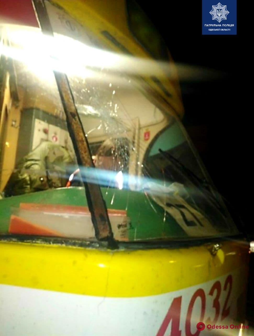В Одессе неадекват разбил лобовое стекло трамвая