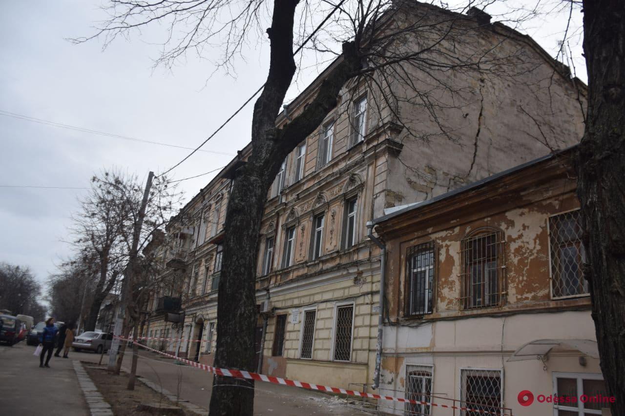 В Одессе на Нежинской треснул памятник архитектуры