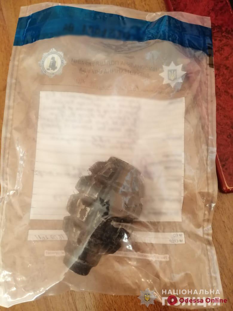 Пьяный житель Раздельной разъезжал с гранатой и пистолетом