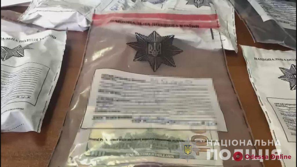 Шантажировали и отбирали деньги у клиентов проституток: в Одессе задержали банду лжеполицейских