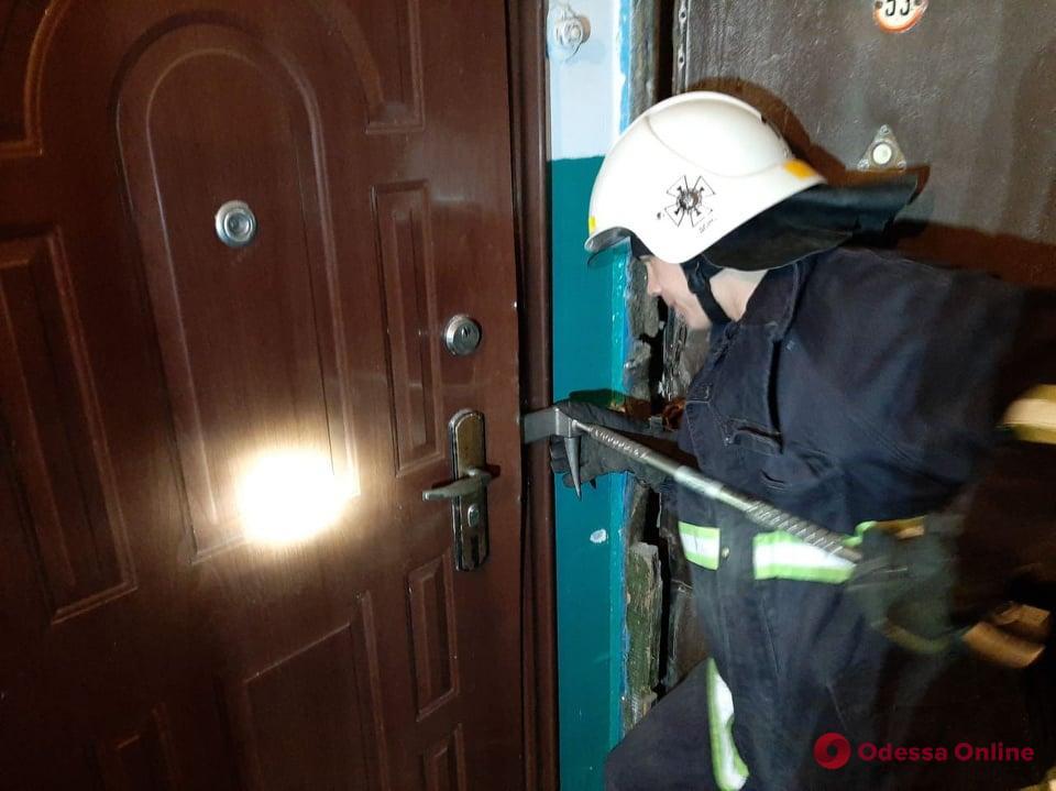В Одесской области спасли запертого в квартире младенца