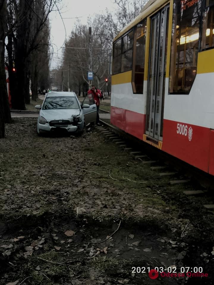 На поселке Котовского столкнулись трамвай и легковушка (фото)