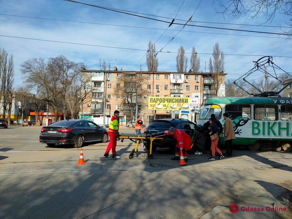 На Люстдорфской дороге столкнулись Infiniti и трамвай (фото, обновлено)