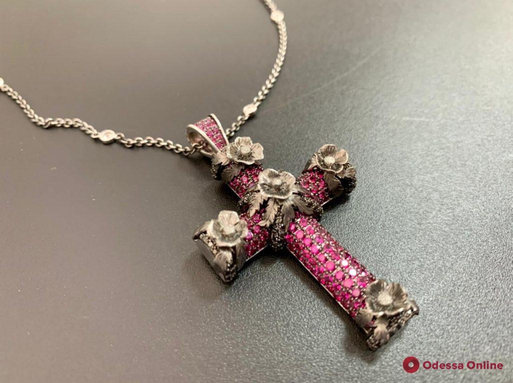 Под видом бижутерии б/у: в Одессу из Англии пытались переправить по почте крест с сотнями бриллиантов и рубинов