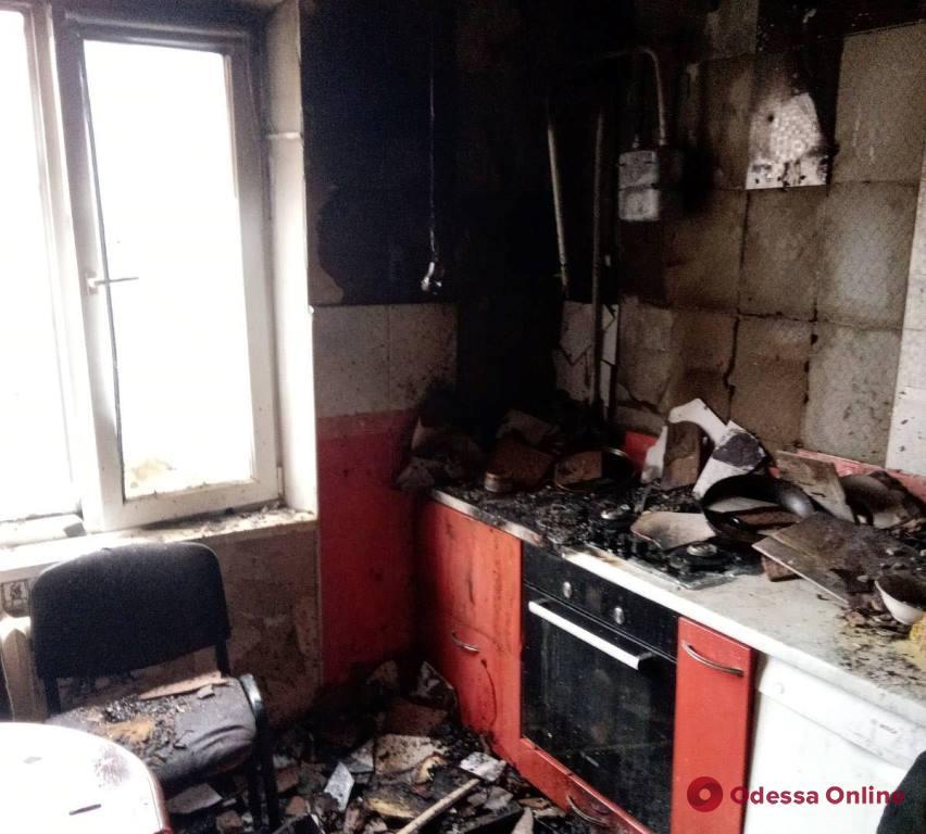 На поселке Котовского тушили пожар в многоэтажке