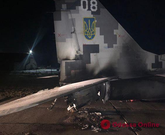 Под Киевом пьяный капитан ВСУ на «Фольксвагене» врезался в самолет
