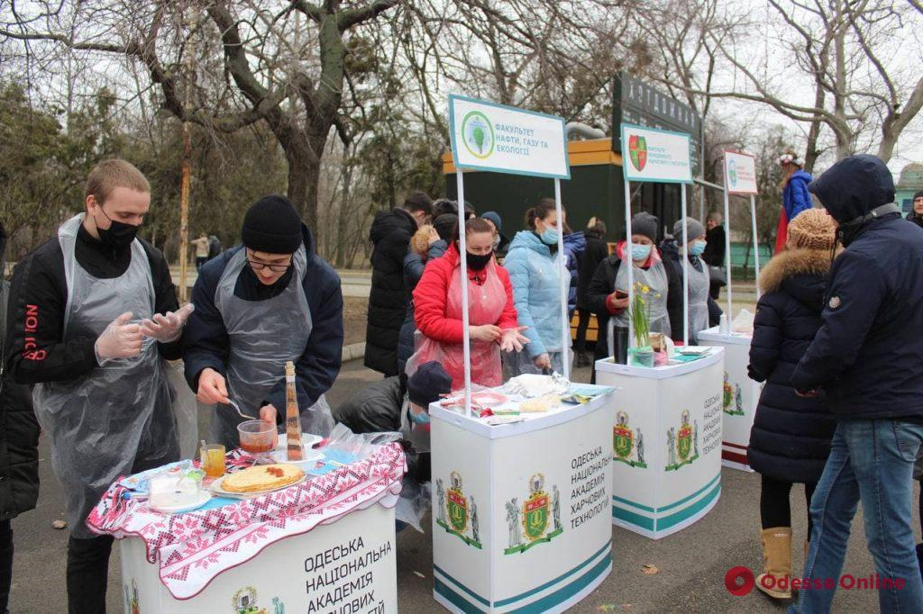 Масленица: в парке Шевченко для одесситов устроили концерт и угощали блинами с вареньем