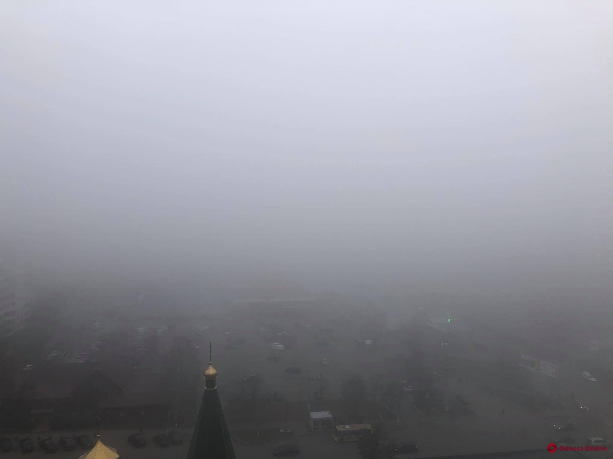 Одессу окутал густой туман (фото)