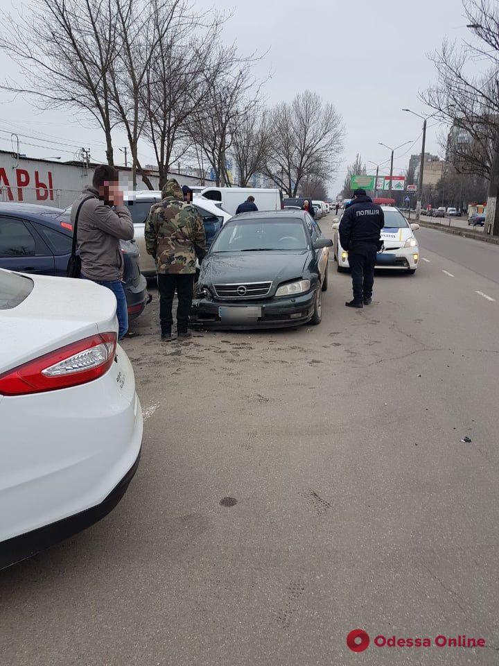 На поселке Котовского легковушка врезалась в четыре припаркованных авто