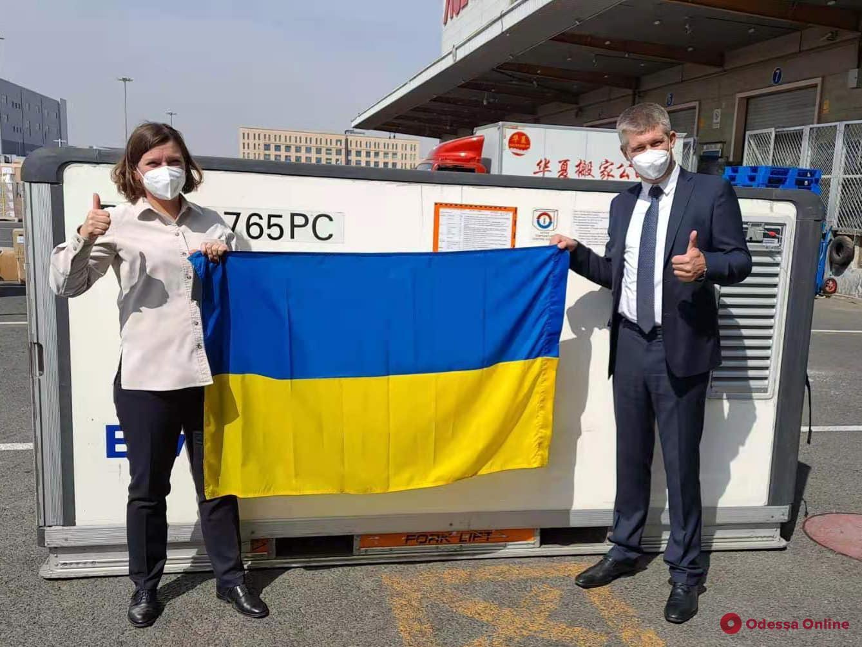 В Украину отправили первую партию китайской вакцины от коронавируса