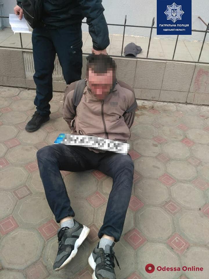 Сорвал номера на глазах у владелицы: в Одессе патрульный вне службы задержал автовора