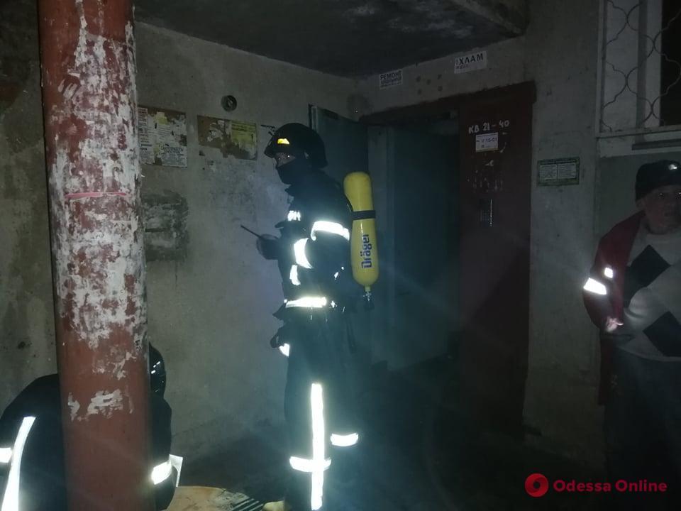 На Адмиральском проспекте тушили пожар в подвале пятиэтажки – жильцов эвакуировали