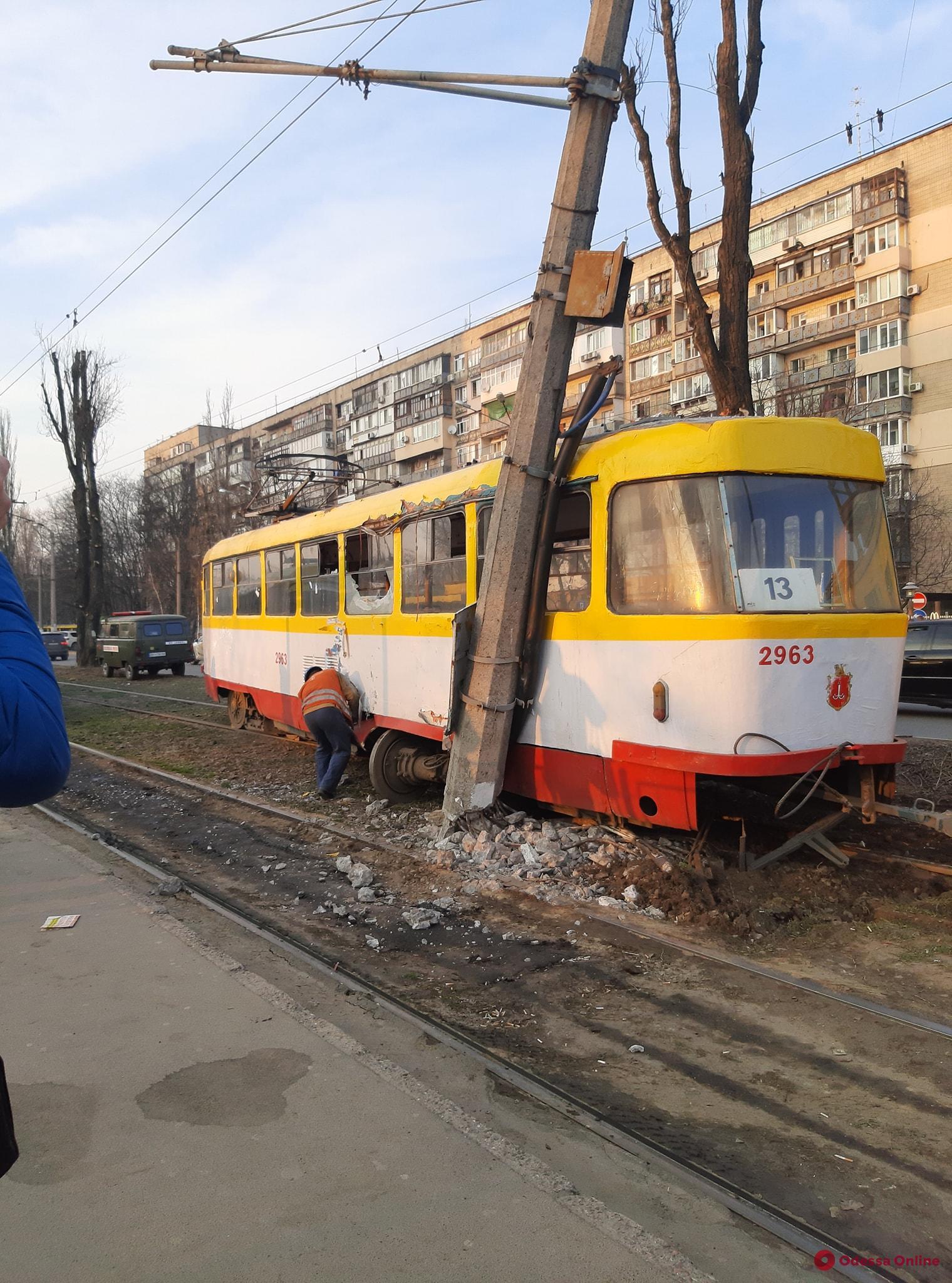 В Одессе трамвай сошел с рельсов и влетел в столб (фото, видео, обновлено)