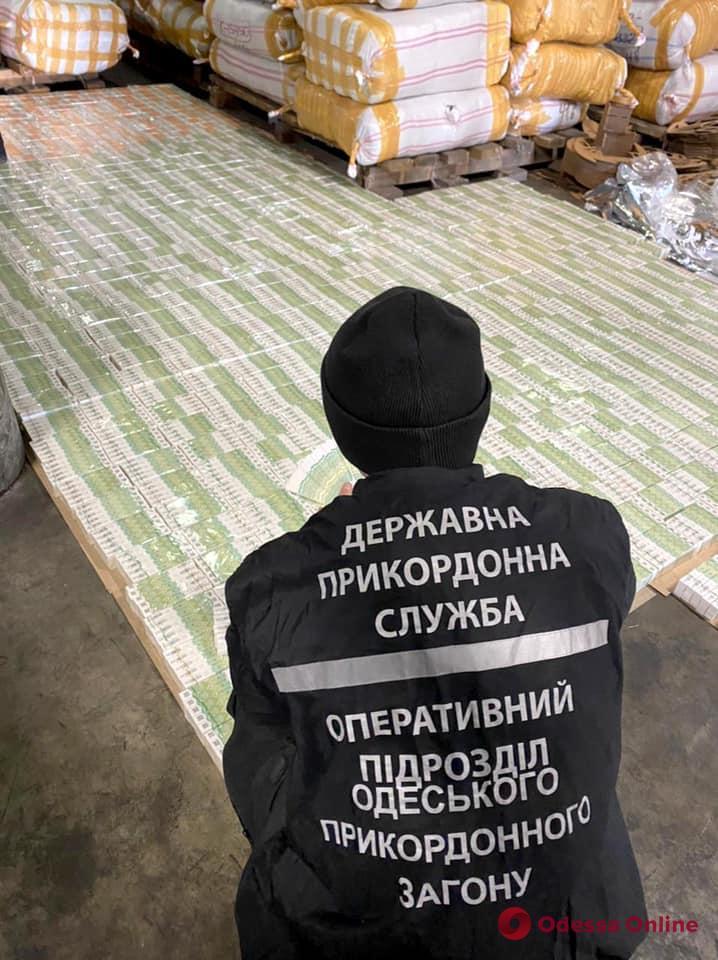 В Черноморском порту обнаружили контрафактные акцизные марки на десятки миллионов гривен (фото, видео)