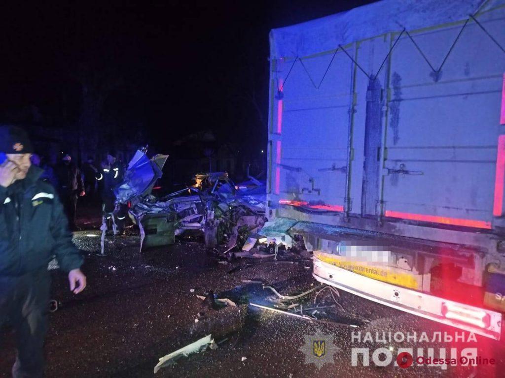 В Одесской области легковушка въехала в припаркованный грузовик – двое погибших (обновлено)
