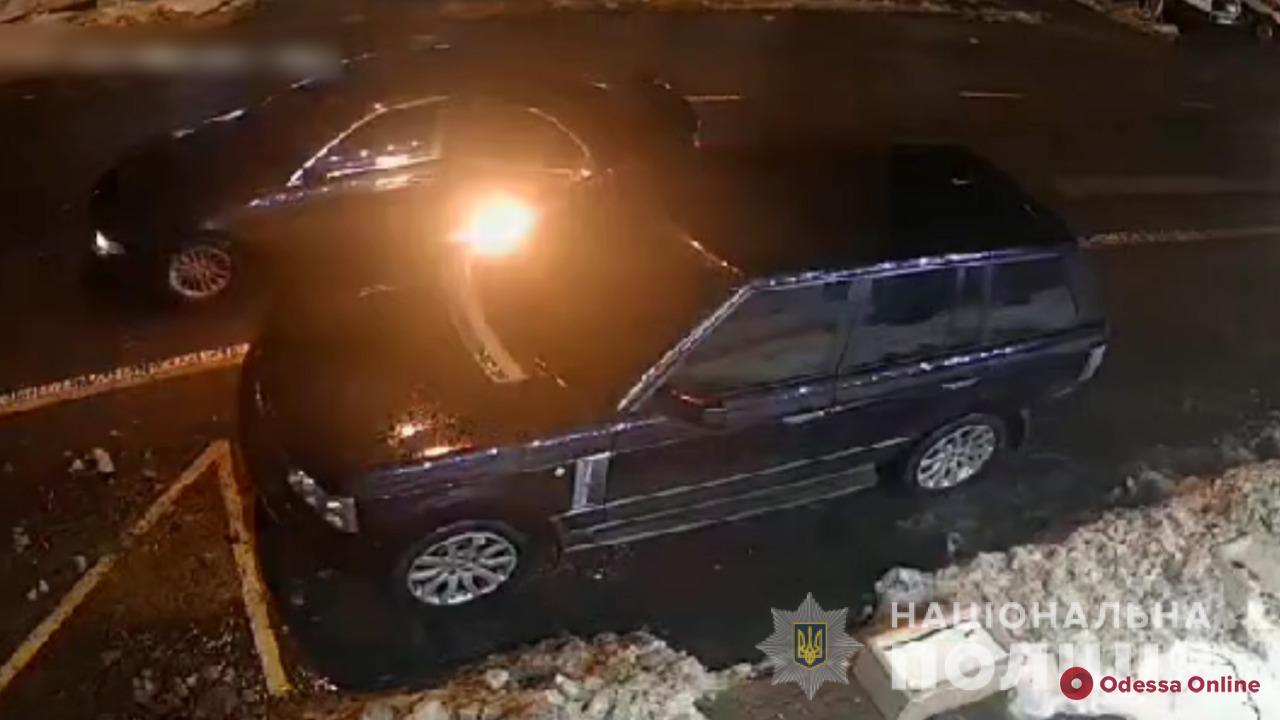 Правоохранители поймали мужчин, которые дважды пытались сжечь авто одессита (фото, видео)