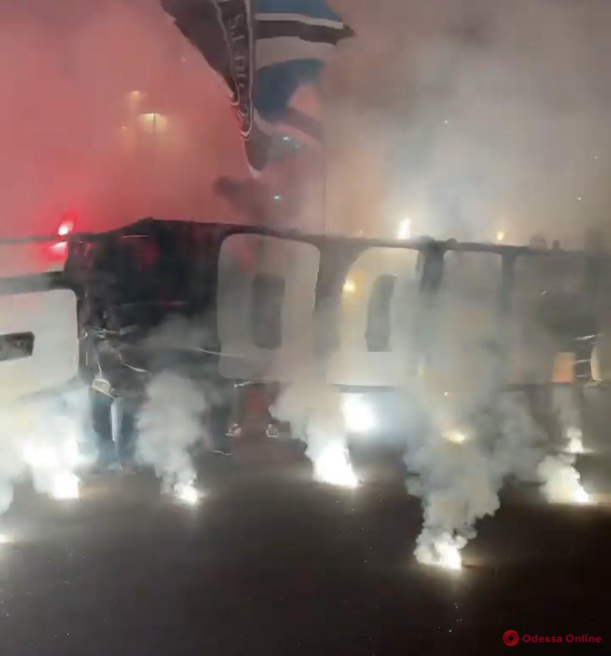 Фанаты одесского «Черноморца» поздравили клуб масштабным фаер-шоу (видео)