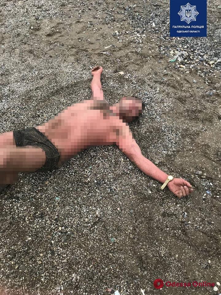 Приставал к детям и пытался скрыться в море: в Одессе патрульные спасли неадеквата (фото)
