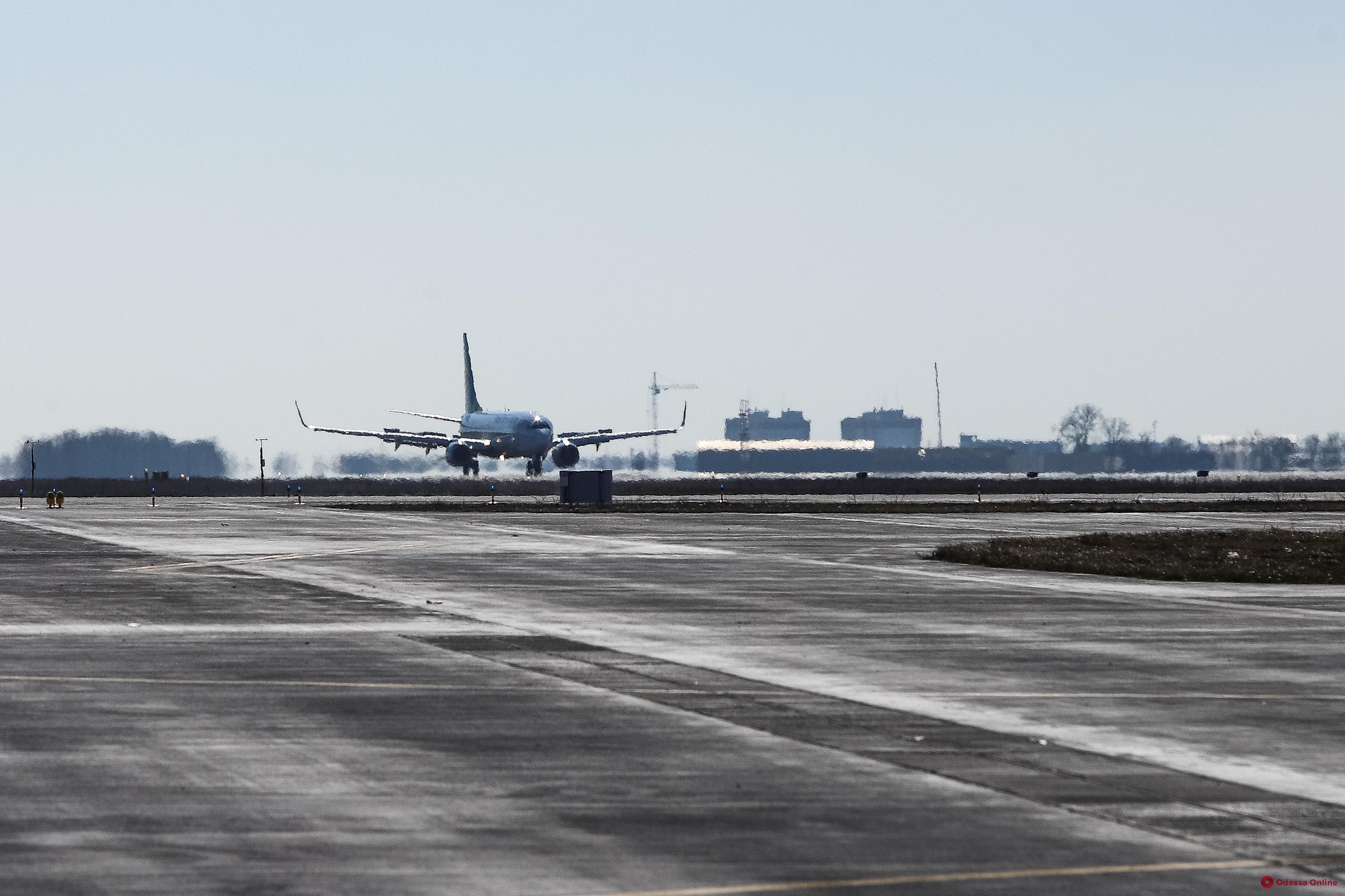 Отказался надеть маску и плевался: с рейса Одесса-Анталья сняли агрессивного пассажира (видео 18+)