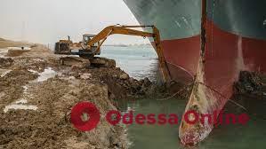 Суэцкий канал пока не удается открыть для судоходства, – СМИ