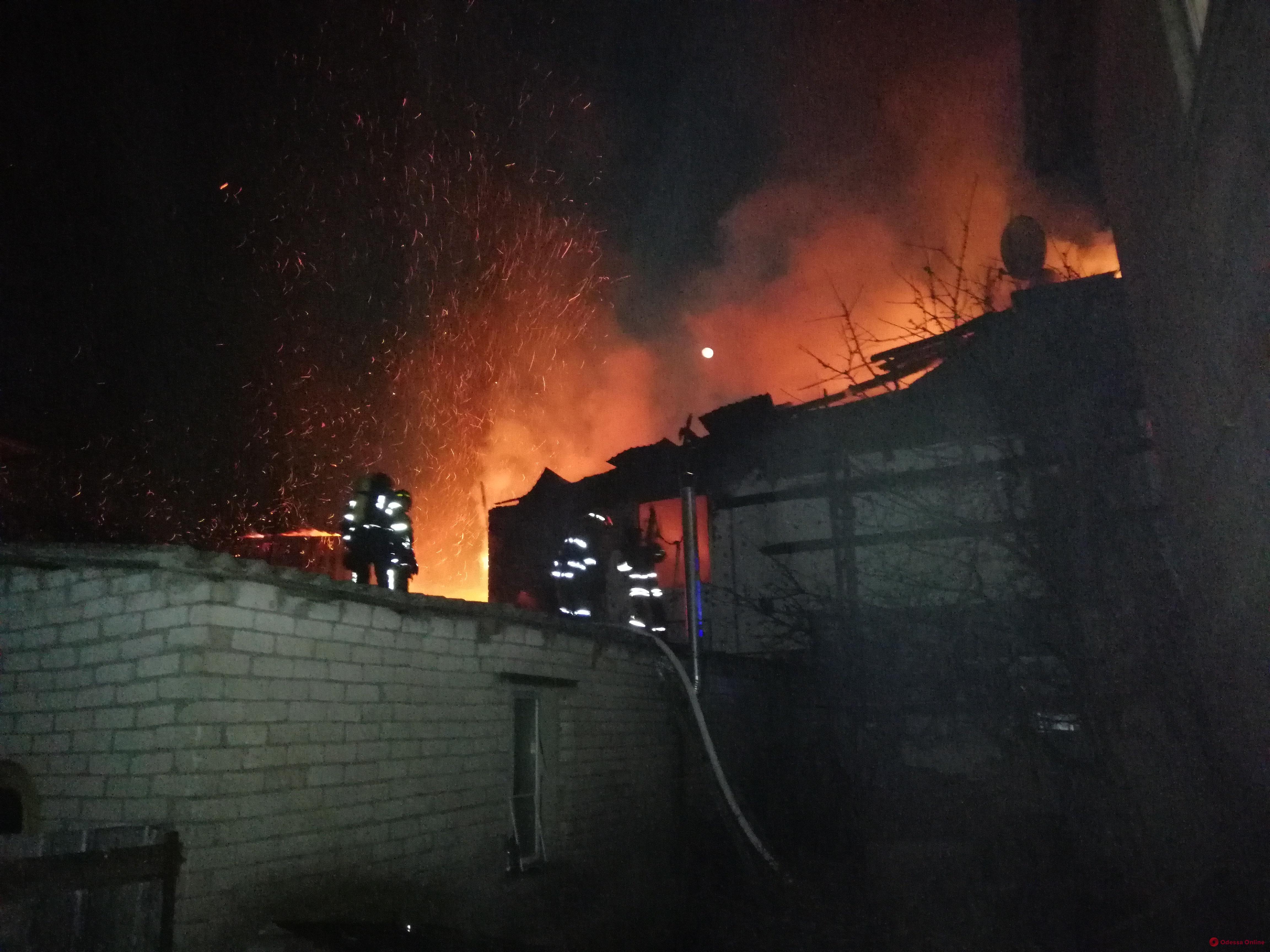 На Ленпоселке сгорели сразу два частных дома (видео)