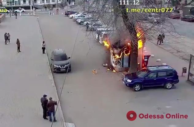 Появилось видео возгорания киоска возле Музкомедии в Одессе