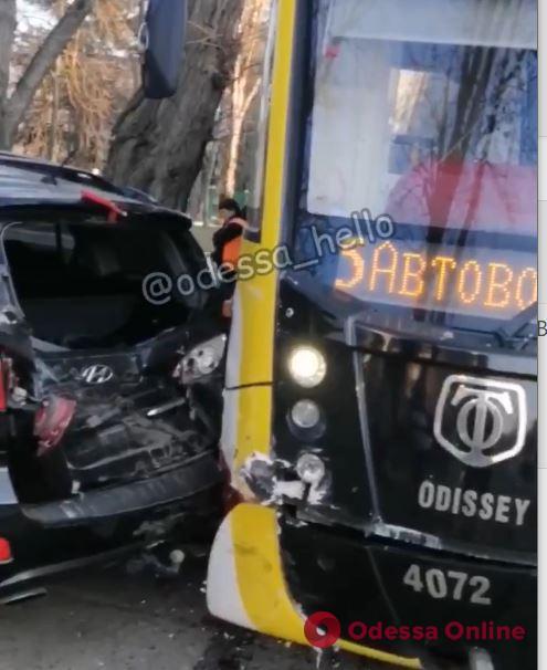 На Французском бульваре трамвай въехал в Hyundai (видео)