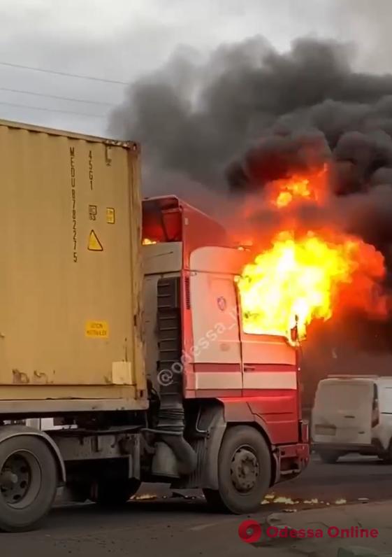 В Авангарде загорелась фура – пострадал водитель (видео)