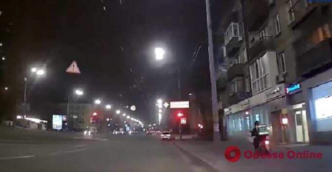 Разъезжал по тротуару: киевские патрульные с погоней задержали курьера службы доставки (видео)